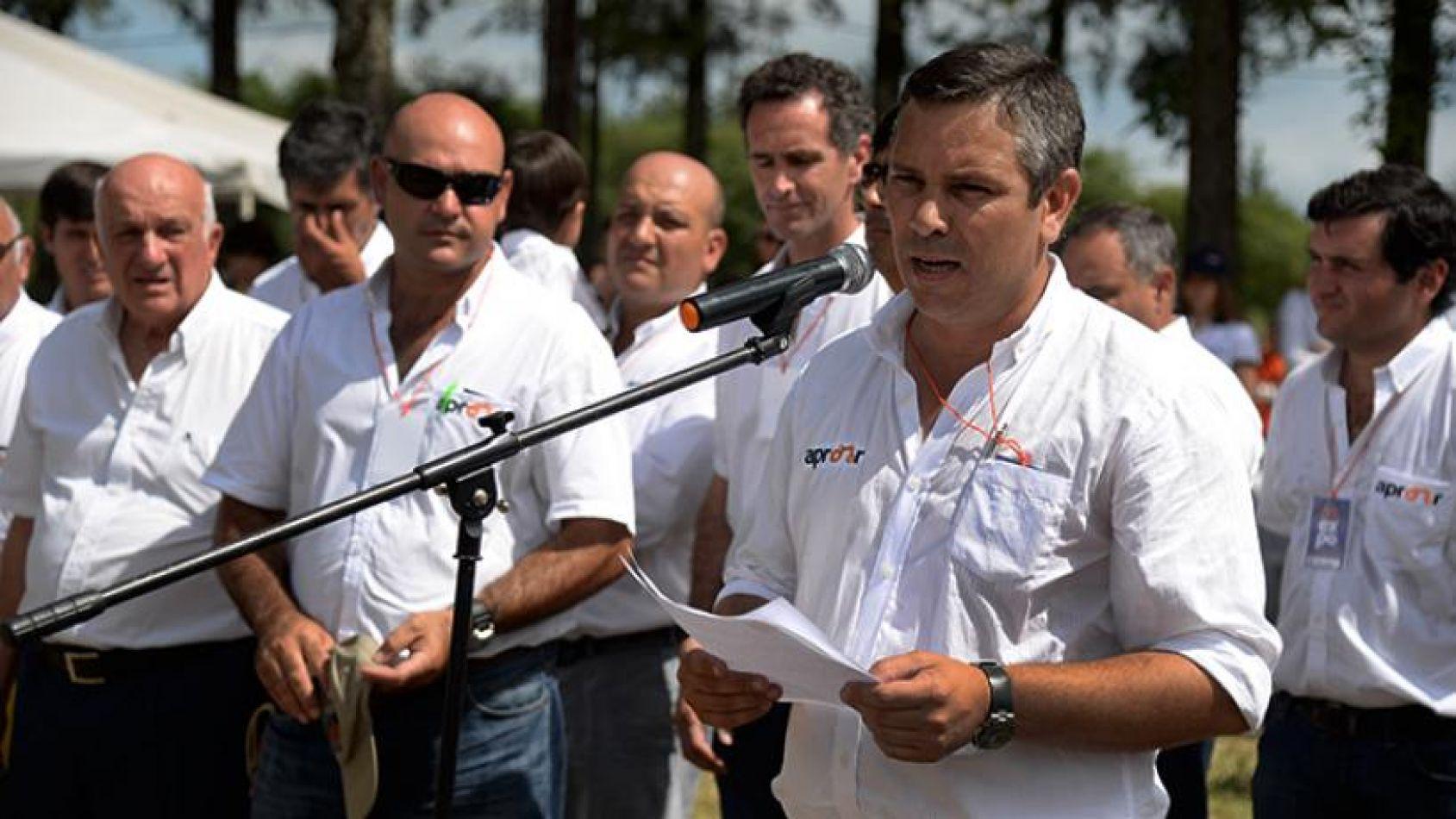Foto: El Tucumano. Gonzalo Blasco ante el micrófono en un evento de Apronor