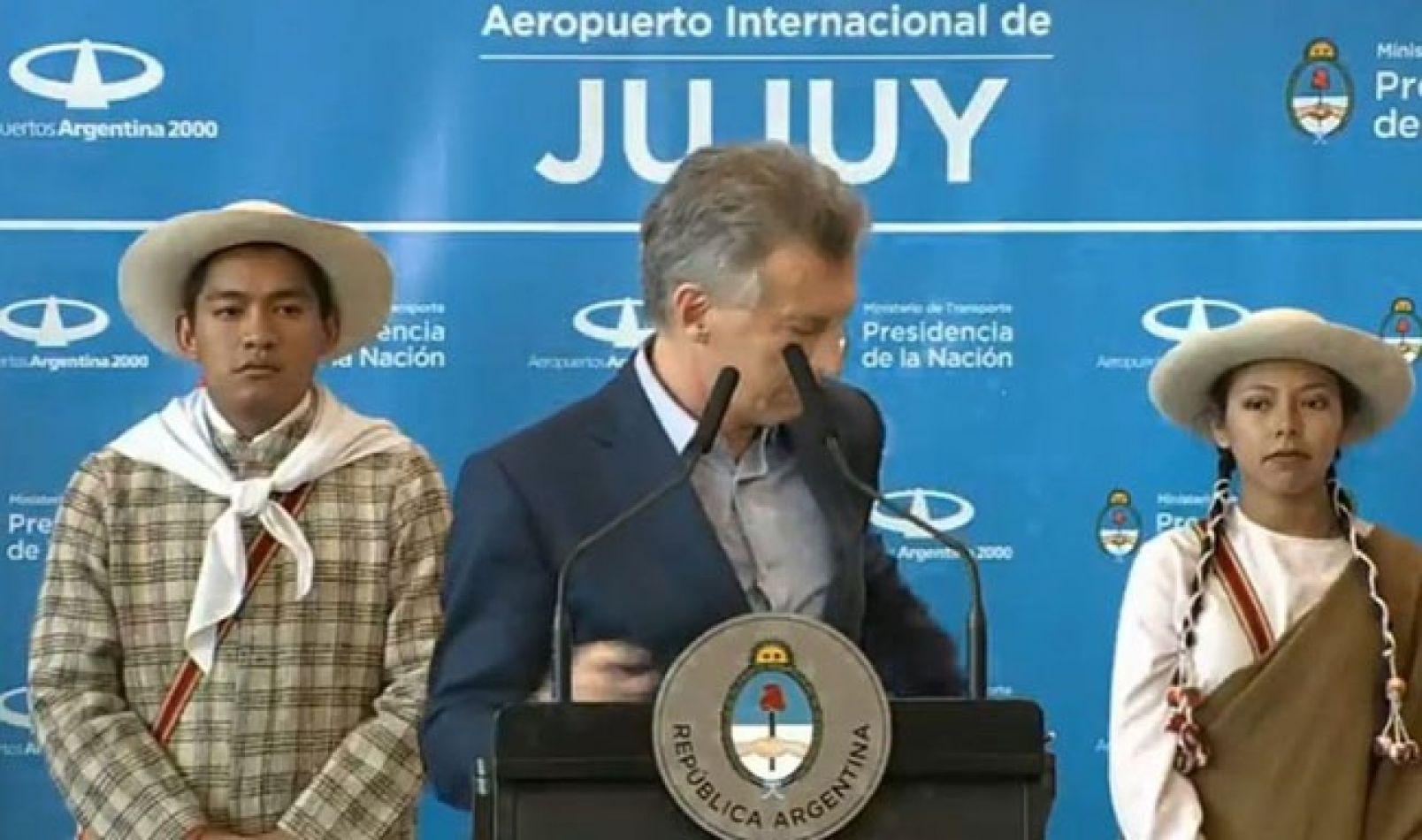 Macri no cede su telefóno tras la denuncia de Vila y tuvo que atenderlo en el acto del Aeropuerto