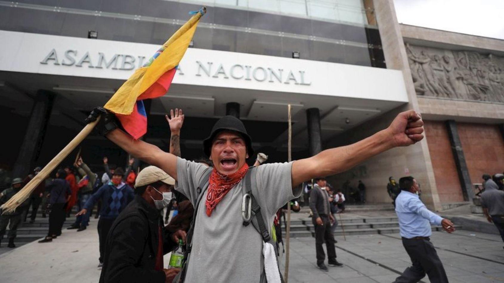 Manifestantes de pueblos originarios tomaron el parlamento y la radio pública de Ecuador