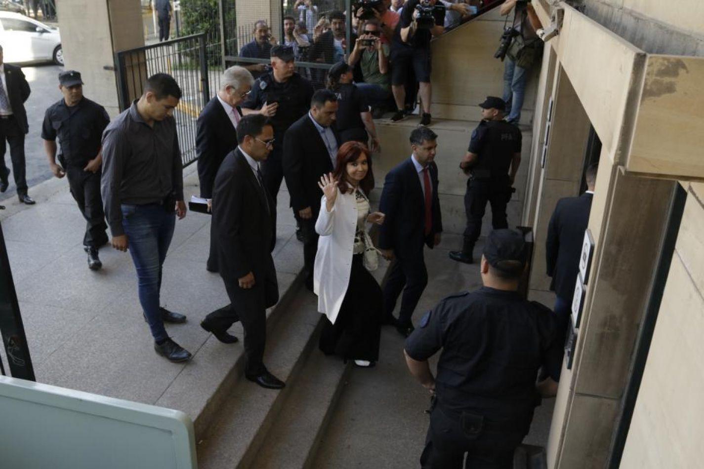 Foto: Bernardino Ávila. CFK entrando a Comodoro Py