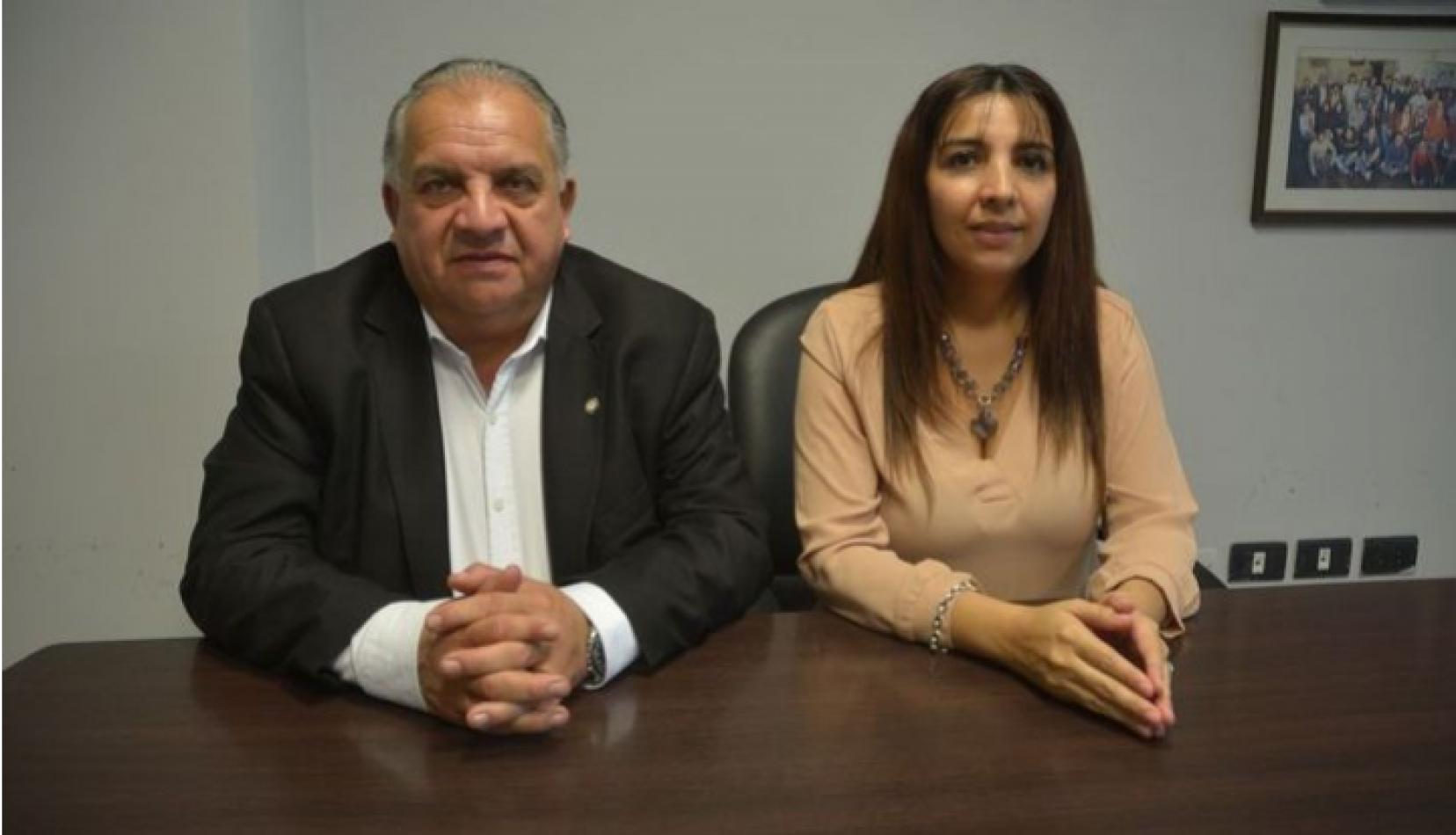 Foto: El Tribuno. El ministro Cabana Fusz junto a Agustina Mulqui, una de las denunciadas