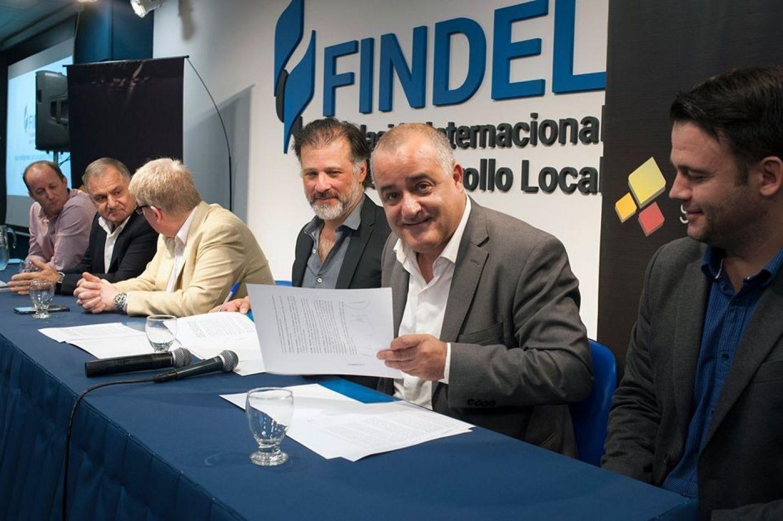 Foto: Javier Noguera sosteniendo documentación