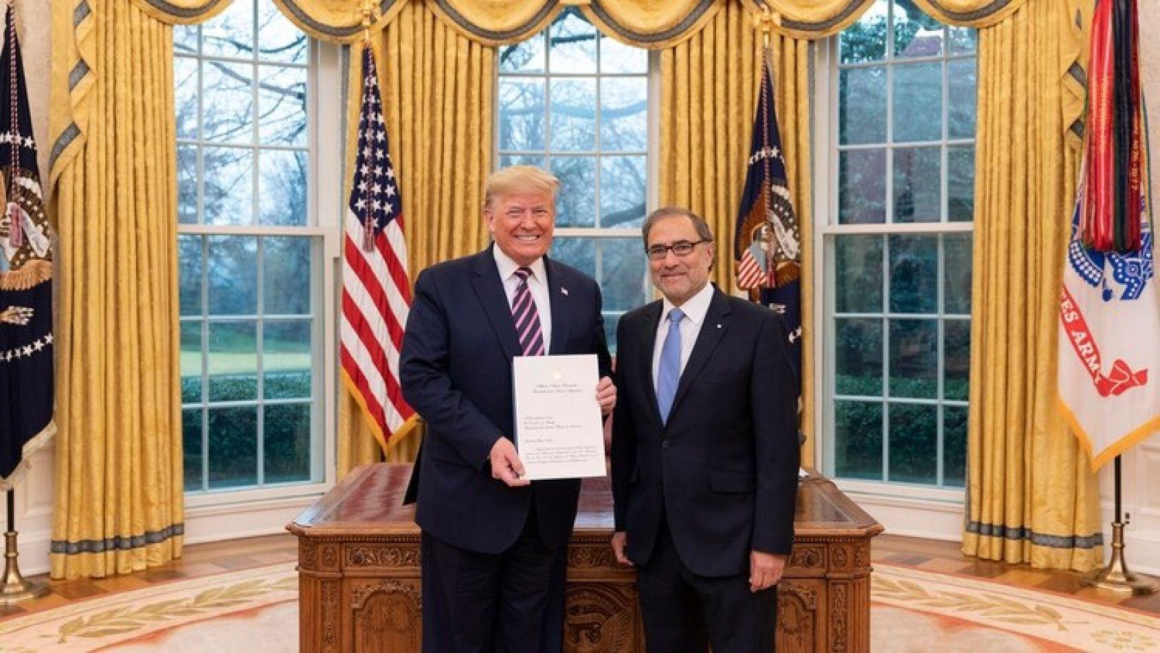 Foto: Twitter Casa Blanca. Trump junto al embajador Jorge Argüello