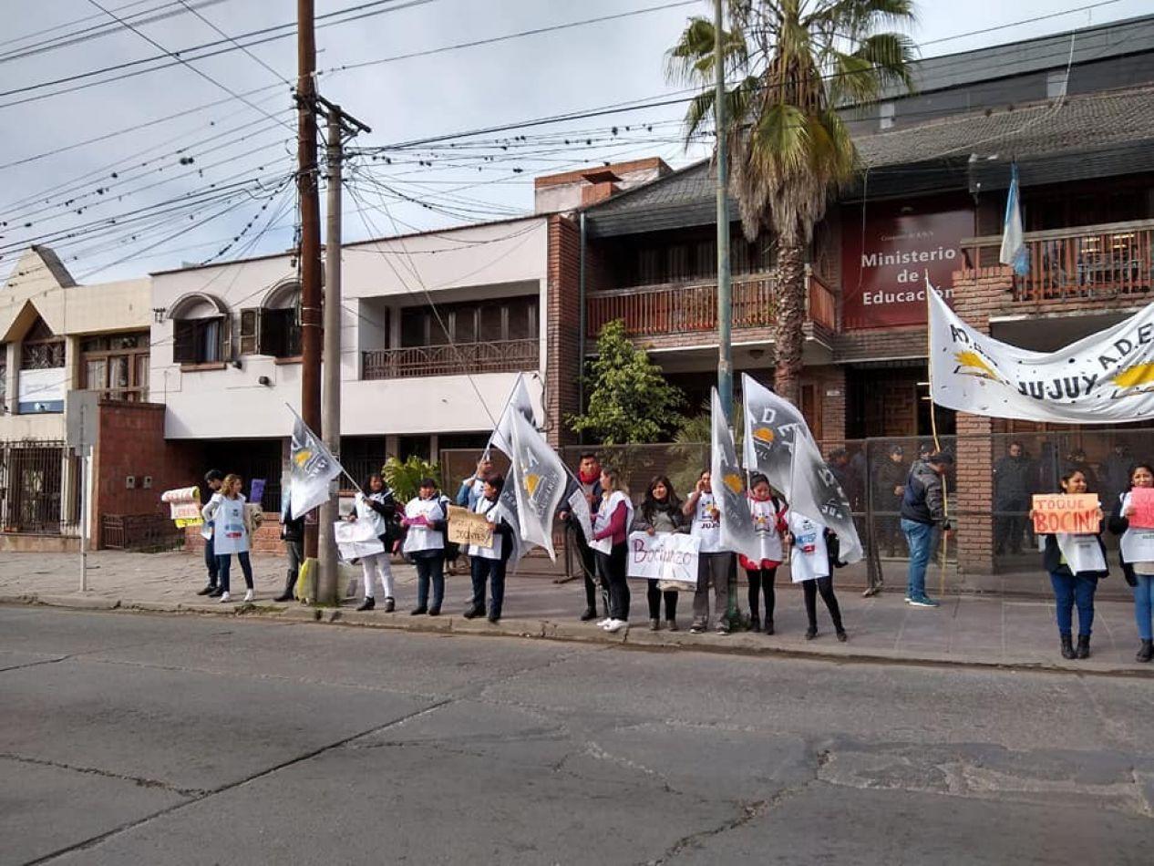 Docentes movilizan al Ministerio para exigir reapertura de paritarias y mejoras de las condiciones laborales