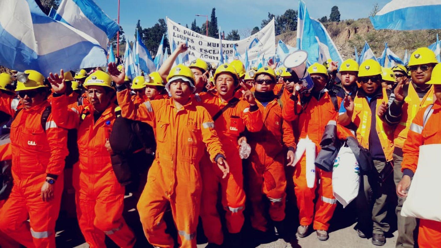 Ex Mineros repudiaron la presencia de las fuerzas de seguridad en Mina Aguilar