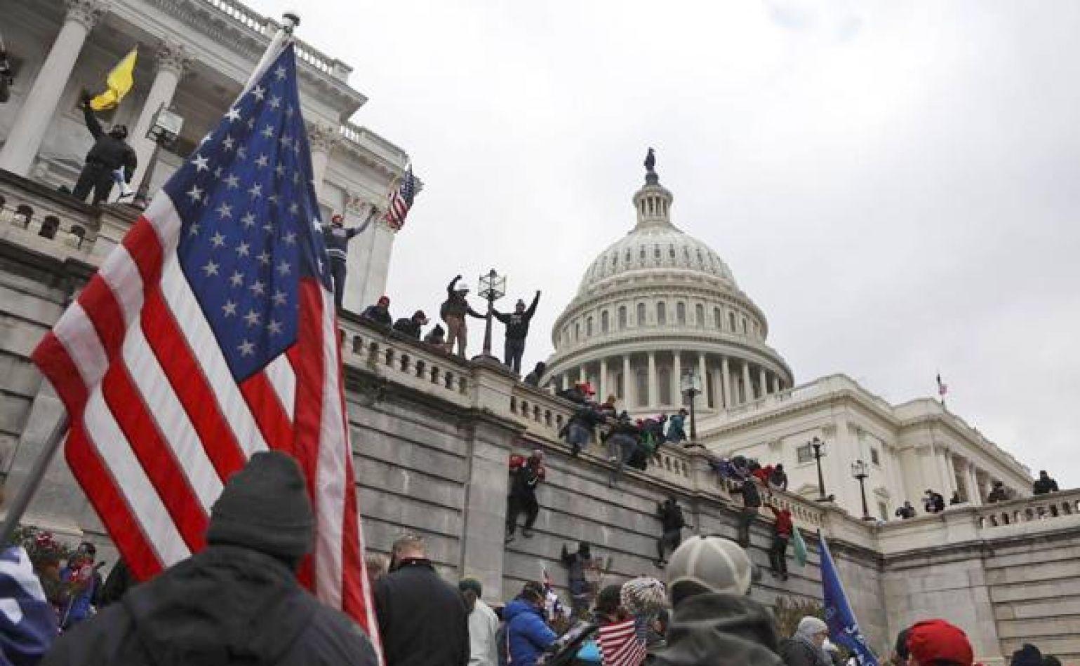 Manifestantes proTrump rompen el cerco de seguridad y se cierra el Congreso